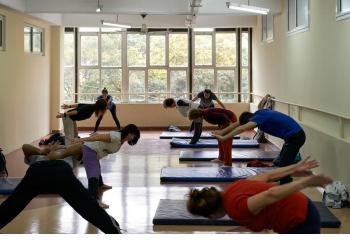 Otra postura que alcanza la relajación mental y física.