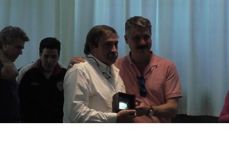 Carlos Vásquez (50 años de socio), junto a Gerardo Mujica, integrante de la CD.