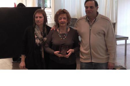 Silvia Izzo y Federico Serrano entregando un premio a una socia