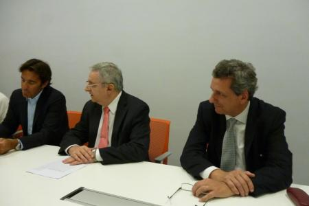 El Presidente Ricardo Ambrosio junto al abogado y al escribano