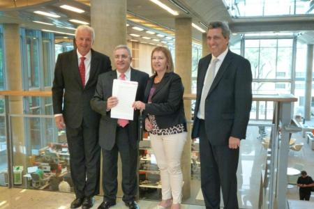 Ricardo y Silvia junto acompañados del gerente del Club y el abogado