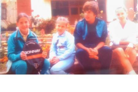 Año 1981 - Los hermanos Parvis ( Alejandro , Andrea ,Laura y Carla ) en el Jardín de tenis.