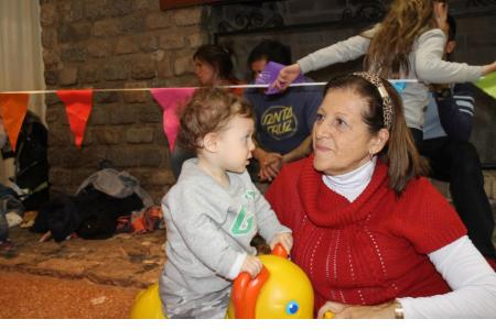 Abuelos, padres, nietos, hijos, toda la familia disfrutando del festejo.